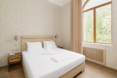 amra-park-hotel-gagra_apartament-2m3k_spalnya1_korp1__01